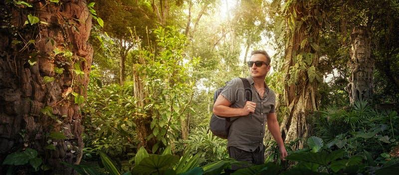 Reisender mit Rucksack studiert alte Ruinen in den Dschungeln stockfotos