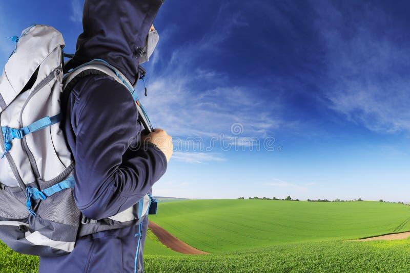 Download Reisender Mit Rucksacknahaufnahme Stockfoto - Bild von wild, sonnenuntergang: 90235482