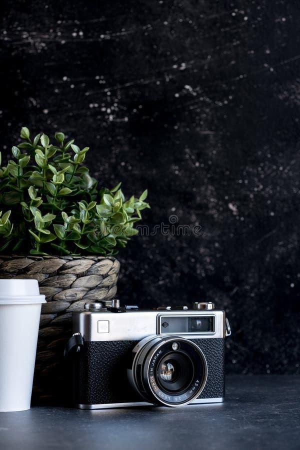 Reisender ` s Zubehör und Einzelteile auf schwarzem Holz stockfotos