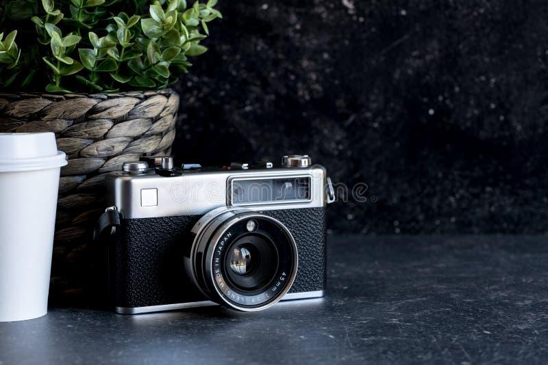 Reisender ` s Zubehör und Einzelteile auf schwarzem Holz lizenzfreies stockfoto