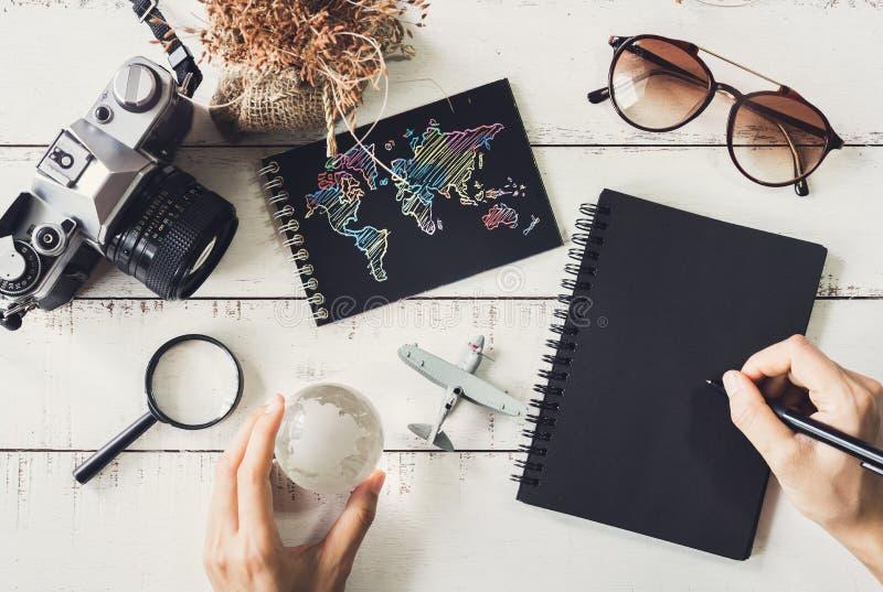Reisender ` s Zubehör und Einzelteile mit schwarzem Notizbuch und Kopien-SP lizenzfreie stockbilder