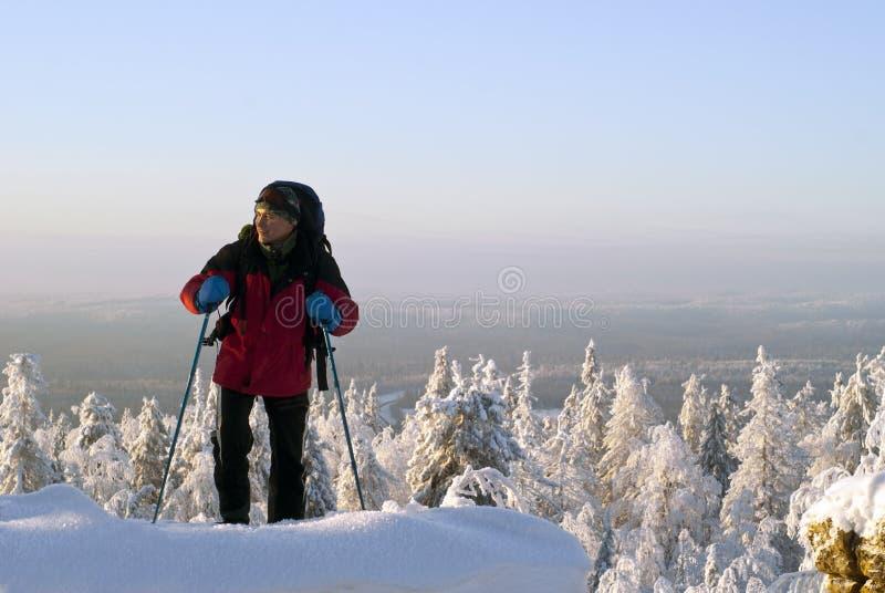 Reisender steigt auf der Spitze des Berges im Winter lizenzfreie stockfotos