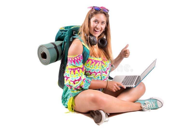 Reisendes Mädchen mit Rucksack und Laptop stockfotografie