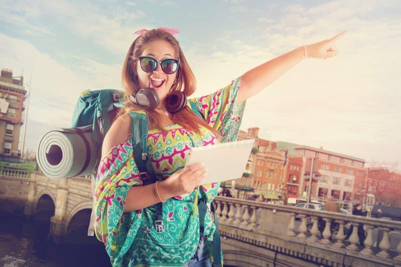 Reisendes Mädchen mit Tablette lizenzfreie stockfotos