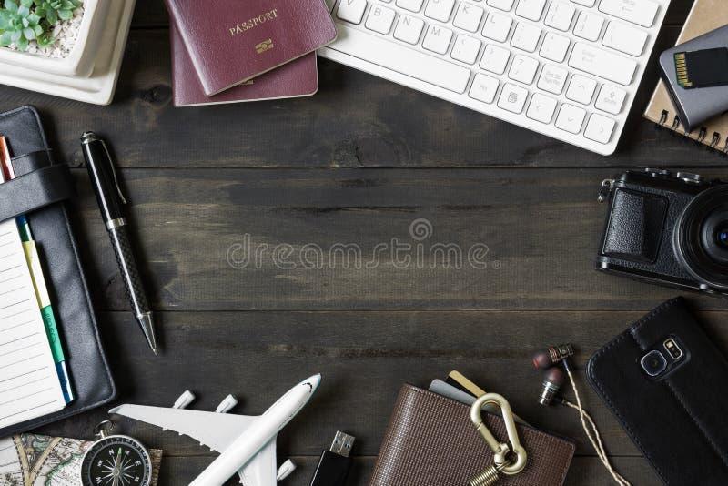 Reisendes Planierungsreisekonzept Zusätze auf hölzernem Hintergrund PC-Tastatur, Pass, Kamera, Sd-Karte, usb-Geräte, Smartphone lizenzfreie stockfotos