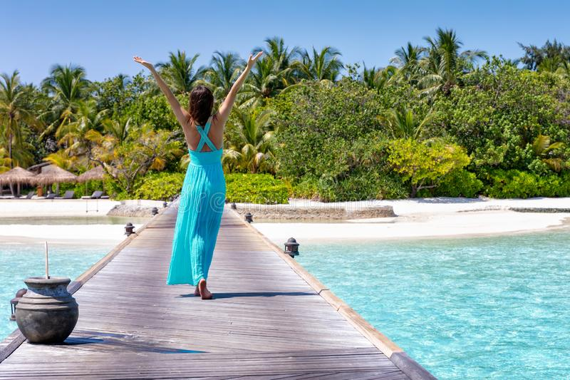 Reisendfrau geht in Richtung zu einer tropischen Paradiesinsel lizenzfreie stockfotografie