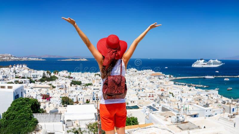 Reisendfrau genießt die Ansicht zur schönen Stadt von Mykonos-Insel stockfotografie