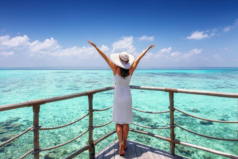 Reisendfrau genießt ihre tropischen Ferien lizenzfreie stockfotografie