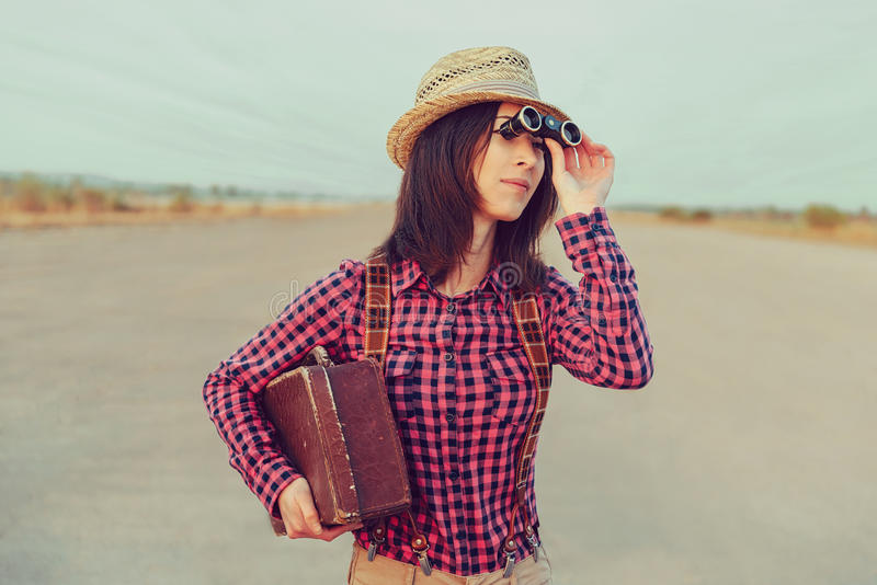 Reisendfrau schaut durch Ferngläser stockbilder