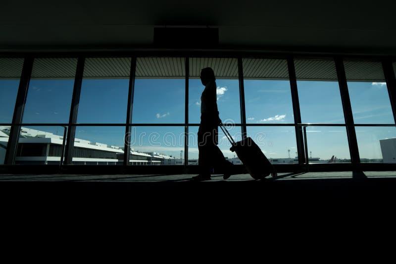 Reisendfrauen und -gepäck am Flughafenabfertigungsgebäude lizenzfreie stockbilder