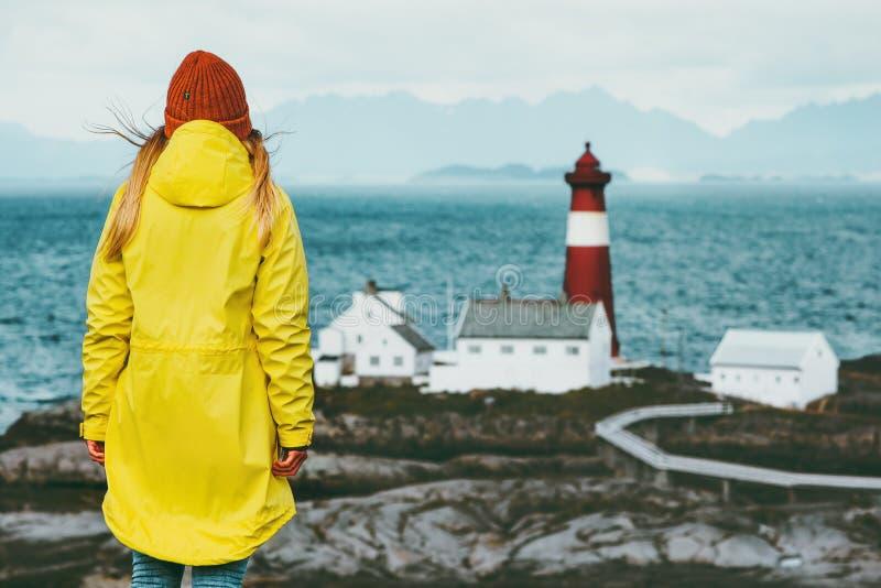 Reisendmädchen, das Norwegen-Leuchtturmseelandschaftreise-Lebensstilkonzept-Abenteuerskandinavier genießt stockbild