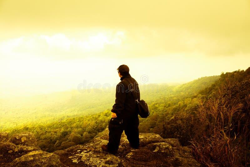 Reisendmann, der schöne Natur im Freiheitsdrama steht stockbild