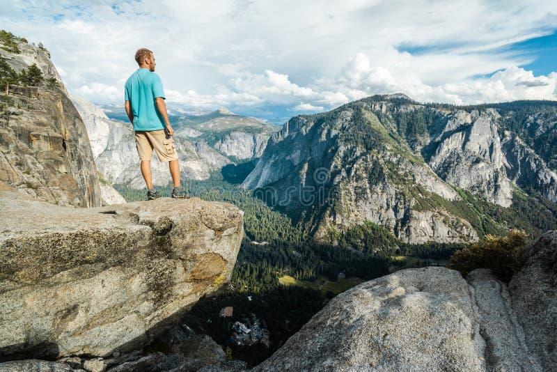 Reisendmann in Yosemite Nationalpark, szenische Ansicht am Tal und Berge von oberem Yosemite Falls, Kalifornien, USA lizenzfreie stockfotos