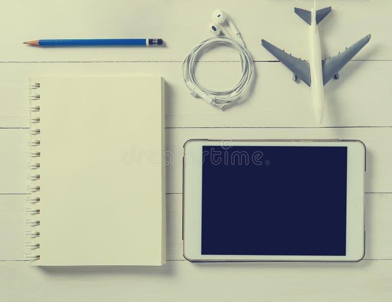 Reisendnotizbuch- und -tablettenreiseplaner lizenzfreie stockbilder
