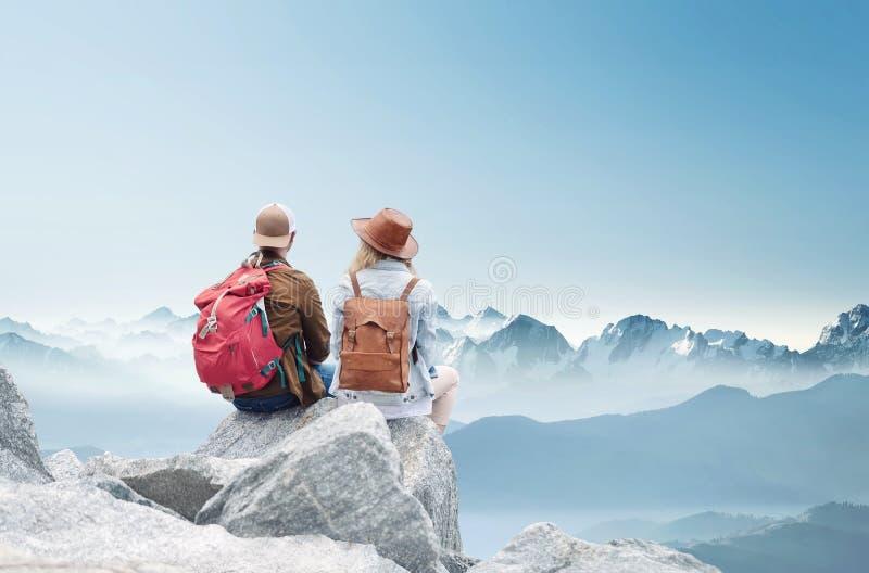 Reisendpaarblick auf die Berge gestalten landschaftlich Reise- und Berufslebenkonzept mit Team stockfotografie