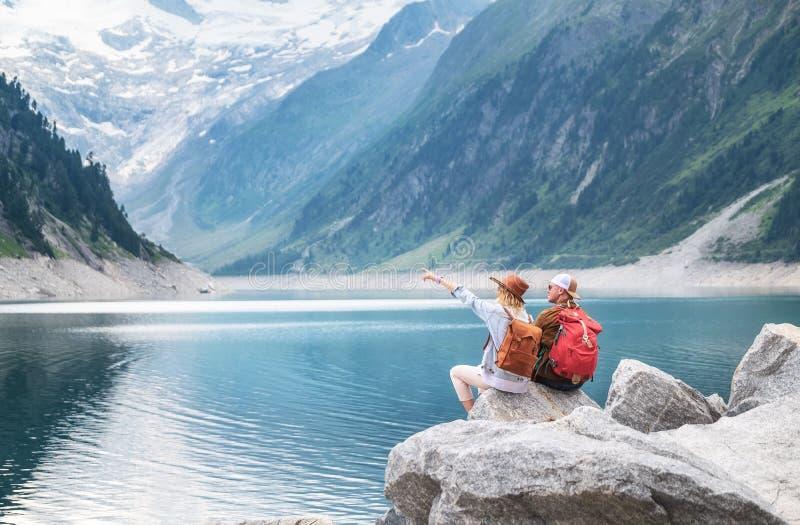 Reisendpaarblick am Gebirgssee Reise- und Berufslebenkonzept mit Team stockbild