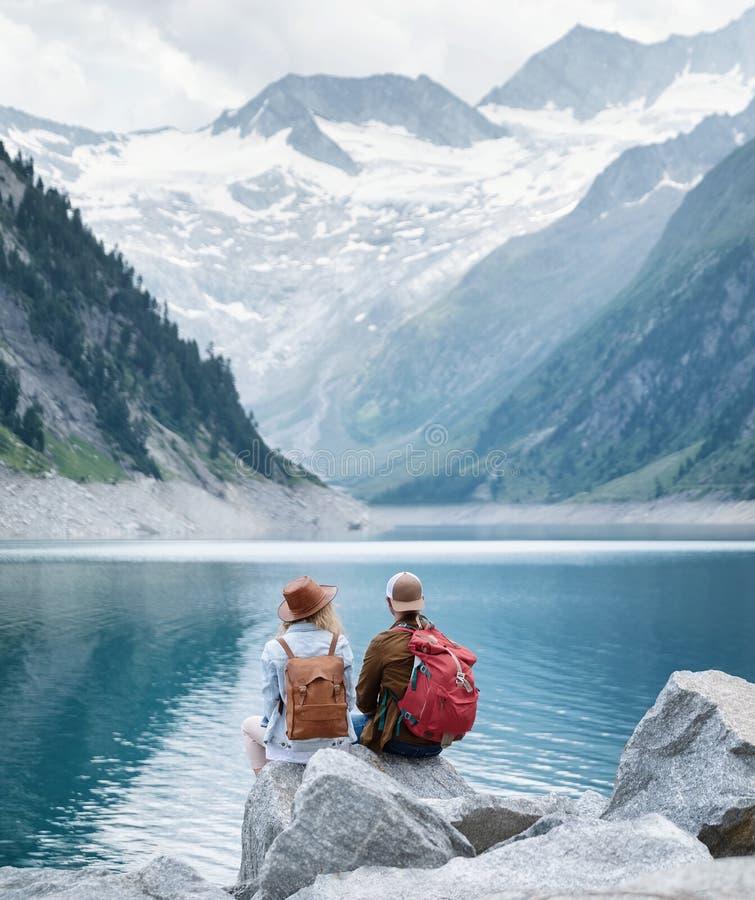 Reisendpaarblick am Gebirgssee Reise- und Berufslebenkonzept mit Team stockfoto