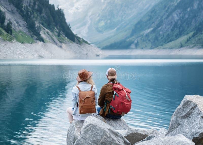 Reisendpaarblick am Gebirgssee Reise- und Berufslebenkonzept mit Team lizenzfreie stockbilder