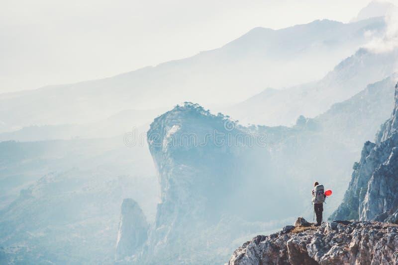 Reisendwanderer auf der Klippe, die mit Rucksack reist stockfoto