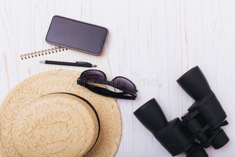 Reisendzusätze auf weißem Hintergrund mit leerem Raum für Text Reiseferienkonzept Blaues Meer, Himmel u Flache Lage, Draufsicht stockbilder