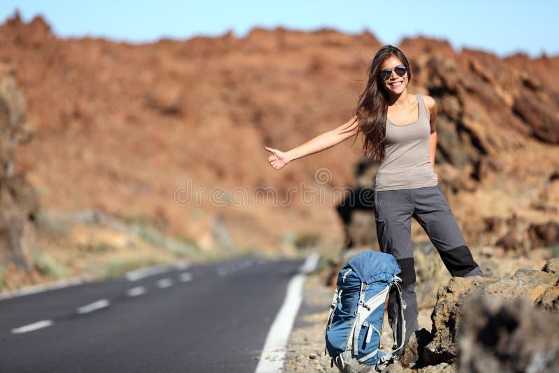 Reisenfrau, die auf Autoreise trampt lizenzfreie stockfotografie