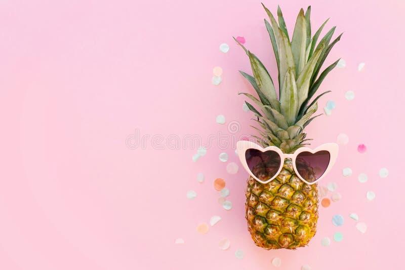 Reisenkoffer mit Meerblick nach innen Ananas in der rosa Sonnenbrille auf modischem stockfoto