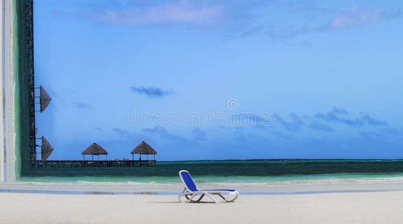 Reisenkoffer mit Meerblick nach innen Begriffsbild des tropischen Strandes mit Klubsessel auf Sand und Sonnenschirmen auf Hinterg lizenzfreies stockbild