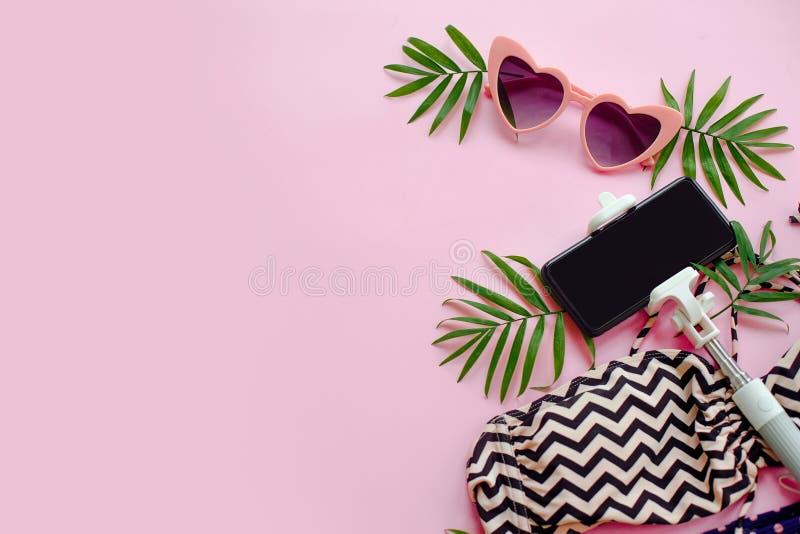 Reisenkoffer mit Meerblick nach innen stilvolle rosa Sonnenbrille, modernes swimsui stockbild