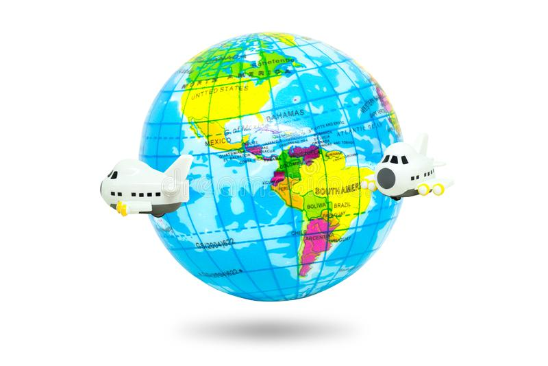 Reisenund Ferien-Konzept: Flugzeugfliegen um die Weltkugel lokalisiert auf weißem Hintergrund lizenzfreie stockfotografie
