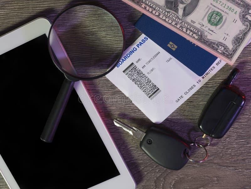 Reiseplanung und Technologiekonzept Suchend oder buchend etikettiert online, Vorbereitung für Sommerferien, touristisches Materia lizenzfreie stockfotografie