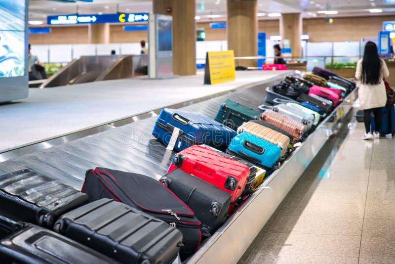 Reisetasche auf dem Gurt im Flughafen lizenzfreie stockfotografie
