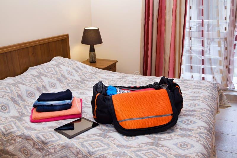Reisetasche mit Kleidung lizenzfreies stockbild
