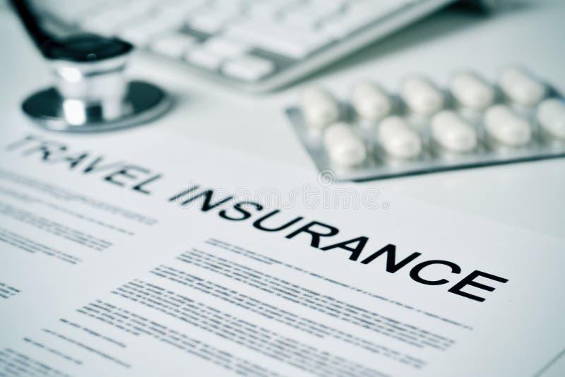 Reiseversicherungspolitik auf einem Doktorbüro stockfotos