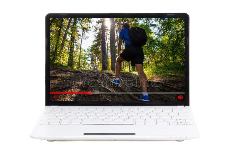 Reisevideoblog auf dem Schirm des Laptops lokalisiert auf Weiß stockfoto