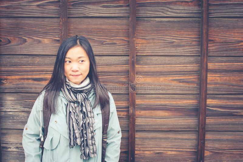 Reisewinter-Ferienkonzept: Porträt-Asiatinreisendgefühl genießen und Glück mit Feiertagsreise lizenzfreies stockfoto