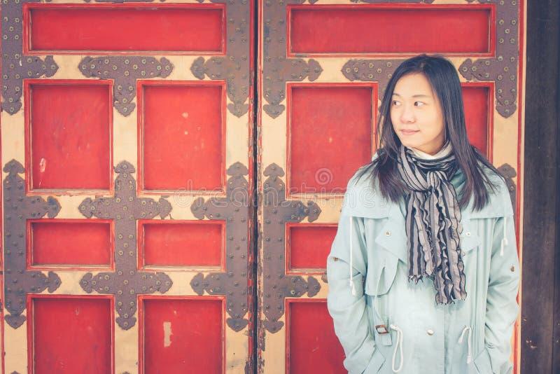 Reisewinter-Ferienkonzept: Porträt-Asiatinreisendgefühl genießen und Glück mit Feiertagsreise stockfotografie