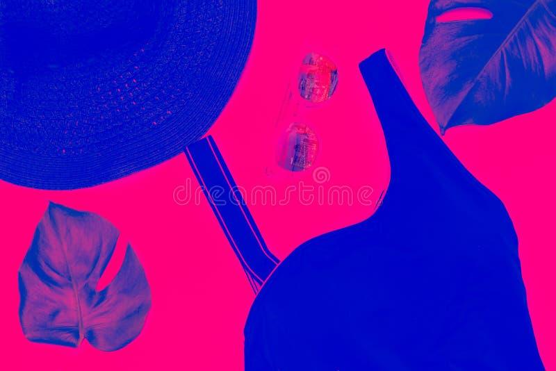 Reisezus?tze blau und rosa duotone Steigungen Flache Lage stockfoto