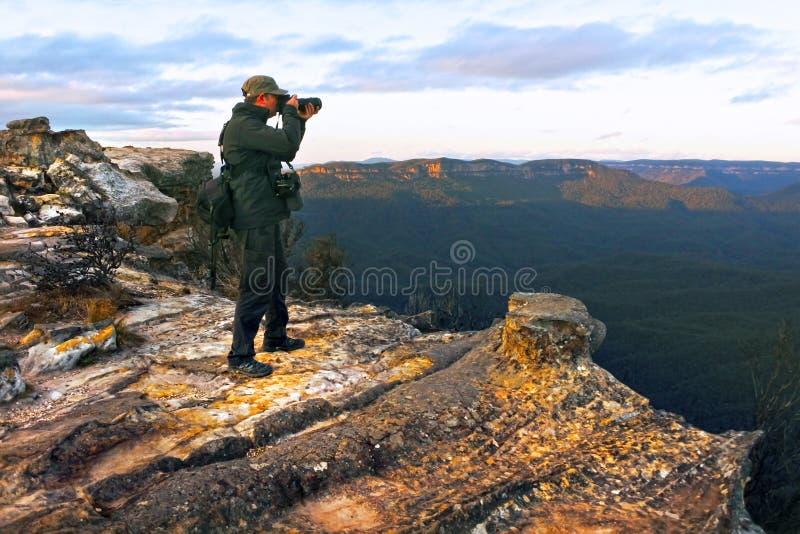 Reisfotograaf fotografeert het landschap van Lincoln Rock Lookout bij zonsopgang in de Grose Valley in de Blue stock fotografie
