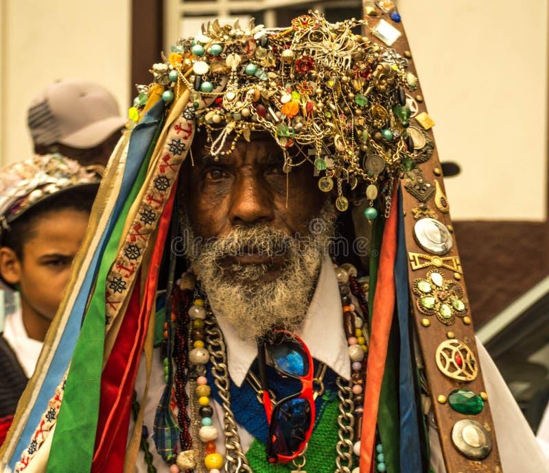 Reisfotografie - Amerikaanse de mensenkleding van Afro op een rituele manier voor godsdienstige partij in zijn stad royalty-vrije stock afbeelding