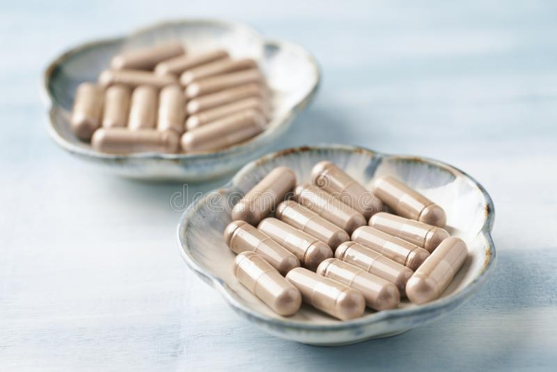 Reishi Mushroom Extract Begreppet kosttillskott är hälsosamt Ljusstark bakgrund av trä arkivbilder