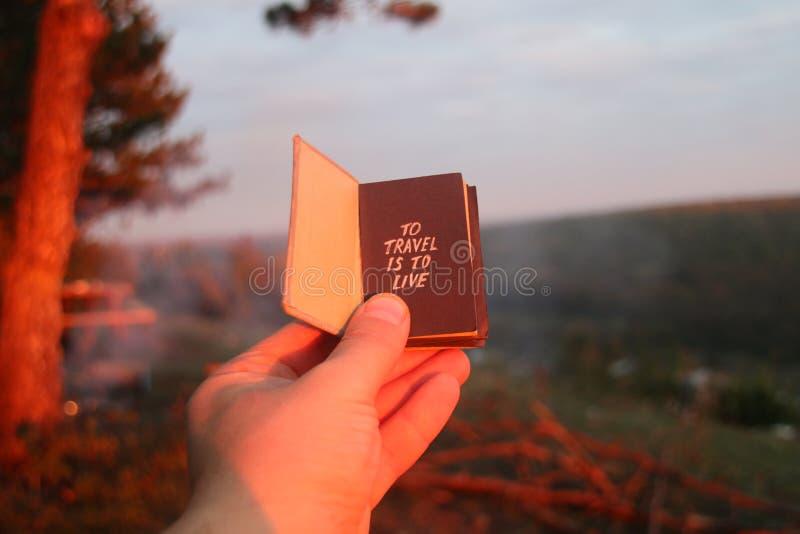 Reisidee - boek met tekst stock afbeeldingen