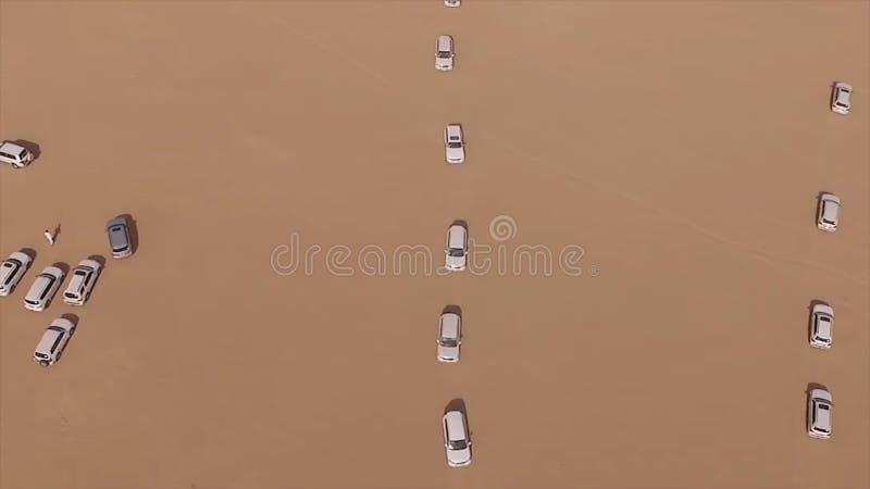 Reisjeeps in safari Luchtfotografie off-road in de woestijn Jeeps die in de woestijn reizen voorraad stock afbeelding
