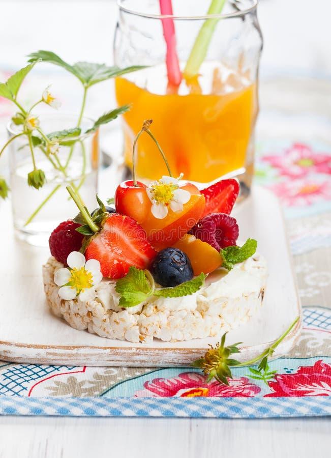 Reiskuchen mit Beeren stockbilder