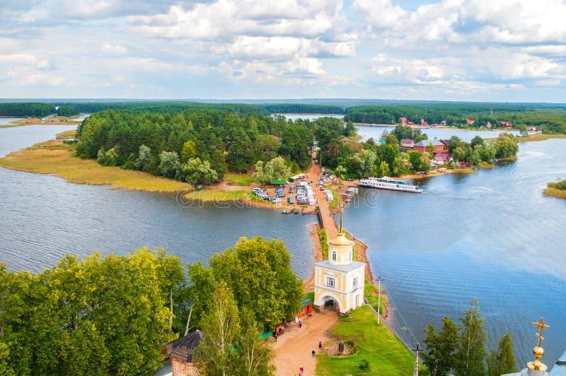Reislandschap van Tver-gebied en het Seliger-meer, Rusland Nilo-Stolobensky Klooster, vogelperspectief stock fotografie