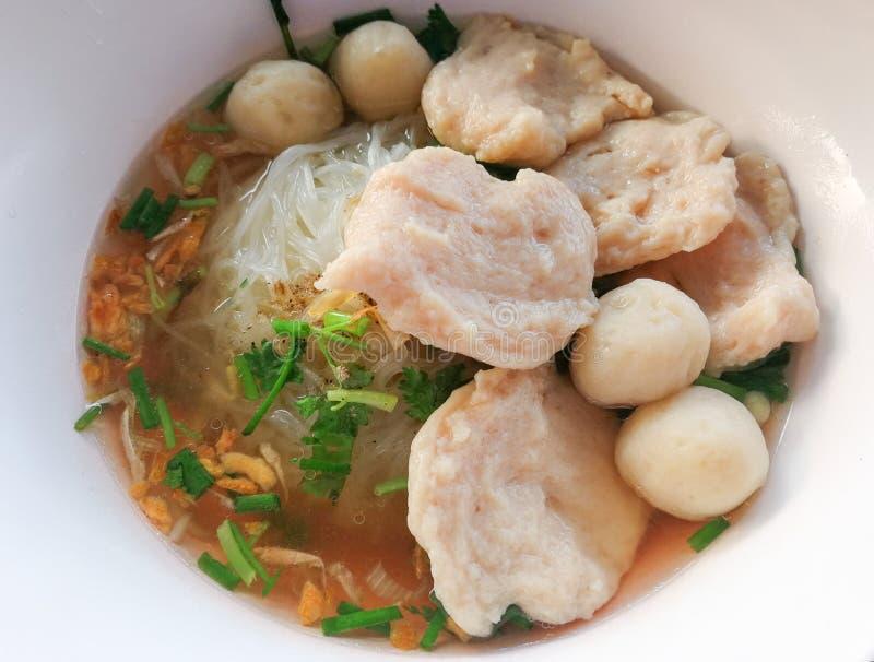ReisNudelsuppe mit Fischbällen und -schweinefleisch stockbild