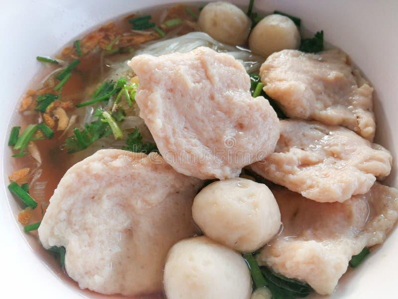 ReisNudelsuppe mit Fischbällen und -schweinefleisch lizenzfreies stockfoto