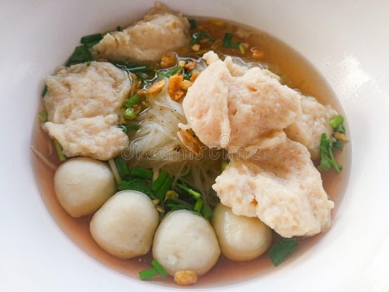 ReisNudelsuppe mit Fischbällen und -schweinefleisch stockfotografie