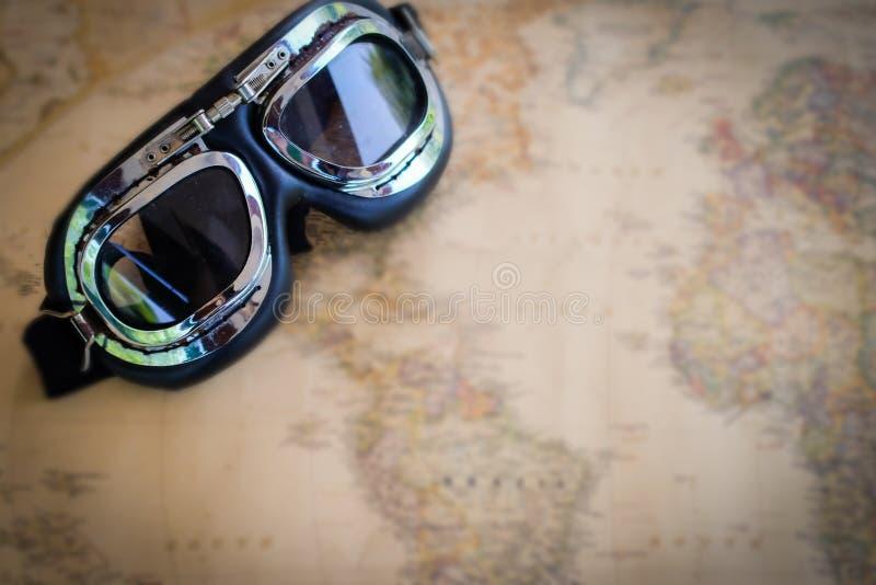 Reisplannen op een kaartachtergrond stock afbeelding