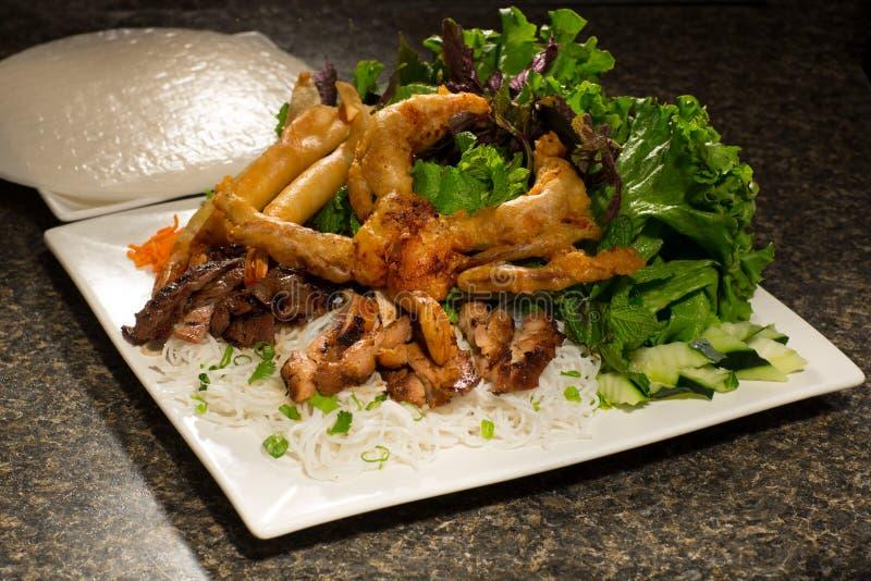 Reissuppennudeln mit gebratenen Garnelen, Rindfleisch und Salat von Kopfsalat, h lizenzfreie stockfotos