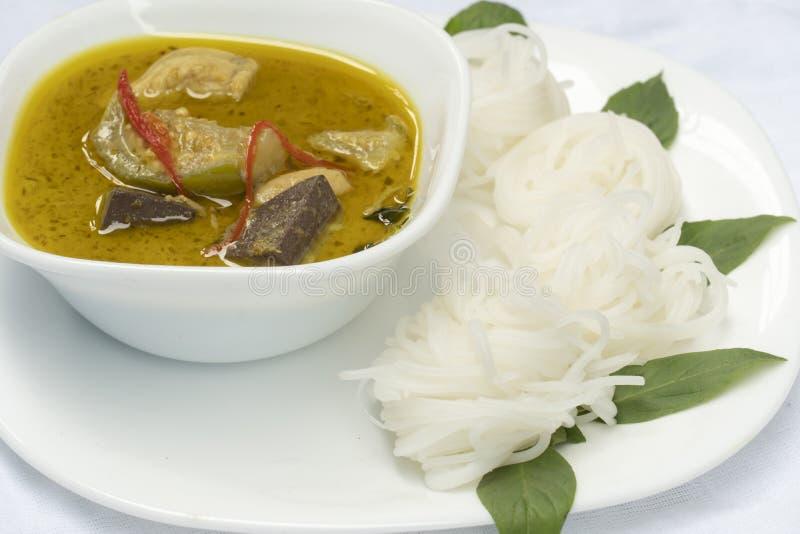 Reissuppennudeln mit grünem Curry-Huhn in der weißen Platte lizenzfreie stockfotos
